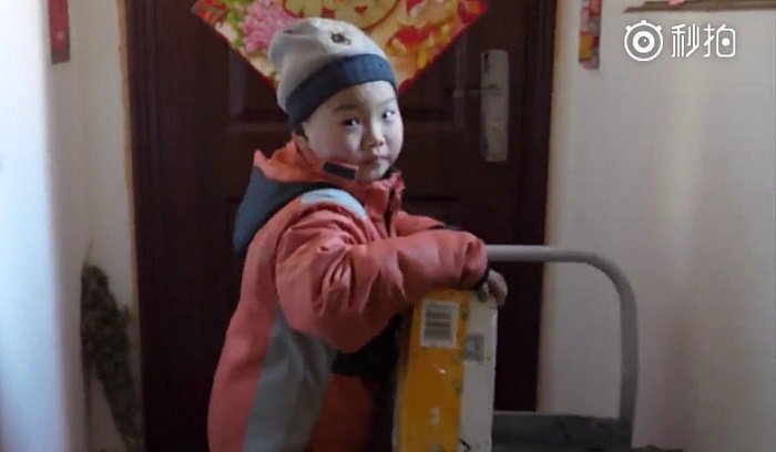 https: img.okeinfo.net content 2018 03 27 196 1878795 kisah-pilu-bocah-7-tahun-yang-terpaksa-bekerja-jadi-kurir-antar-N9lU1BfgR5.jpg