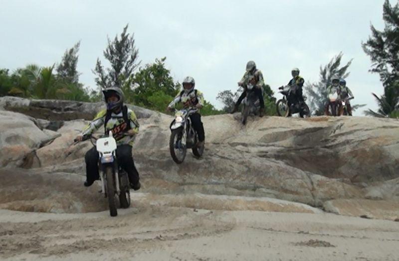 https: img.okeinfo.net content 2018 03 29 43 1879428 600-rider-moto-cross-2018-jelajahi-alam-di-pulau-bangka-kPKd1YZNfE.jpg