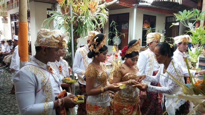 https: img.okeinfo.net content 2018 03 31 340 1880503 lestarikan-adat-dan-budaya-perindo-klungkung-gelar-upacara-potong-gigi-massal-a8q52YkoJs.jpg