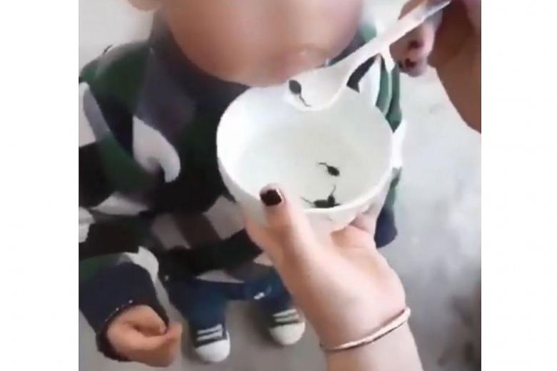 https: img.okeinfo.net content 2018 04 04 18 1882196 video-bocah-diberi-makan-kecebong-hidup-viral-di-china-dokter-beri-peringatan-ca4FYN2P7p.jpg