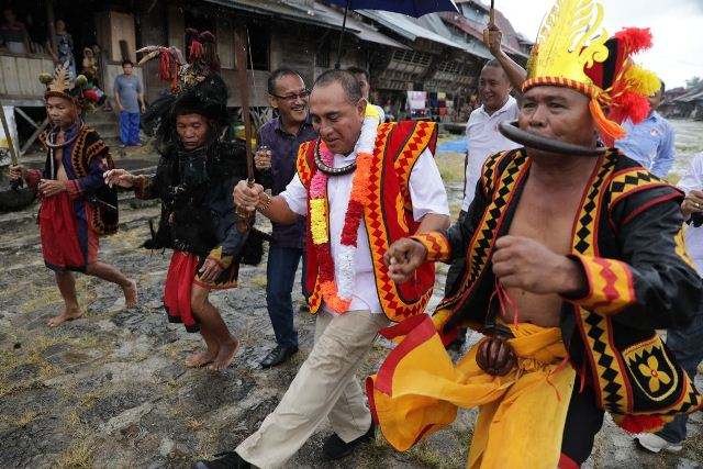 https: img.okeinfo.net content 2018 04 06 340 1883159 warga-desa-budaya-siap-menangkan-edy-rahmayadi-di-nias-selatan-P6wscwb40k.jpg
