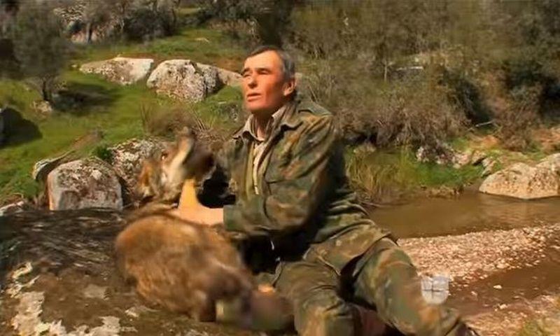 https: img.okeinfo.net content 2018 04 07 406 1883456 pria-72-tahun-pernah-tinggal-bersama-serigala-di-hutan-keadaannya-sekarang-masih-seperti-tarzan-8dROD5SbwQ.jpg