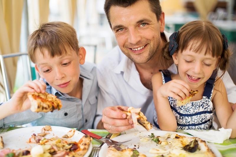 https: img.okeinfo.net content 2018 04 10 298 1884744 ini-alasan-sejumlah-restoran-melarang-pengunjung-membawa-anak-anak-mereka-xgjoFGFHAH.jpg