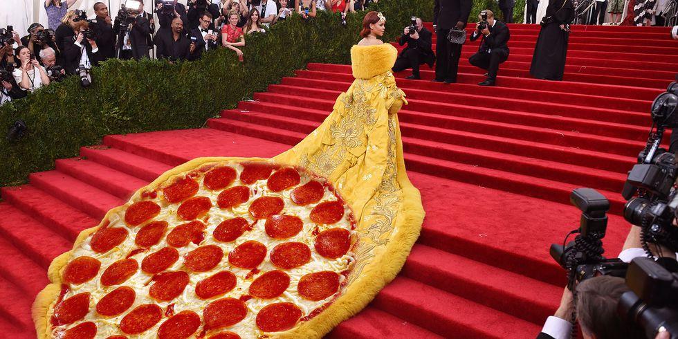 https: img.okeinfo.net content 2018 04 12 194 1885522 5-meme-fenomenal-di-met-gala-mulai-dari-pizza-dress-hingga-kylie-yang-mirip-salah-satu-karakter-shrek-ETBeFjMaMx.jpg