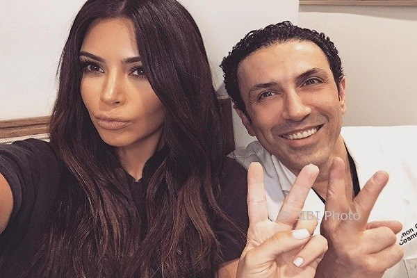 https: img.okeinfo.net content 2018 04 12 194 1885741 5-trik-agar-hasil-foto-selfie-secantik-kim-kardashian-qKKBAMSuHB.jpg