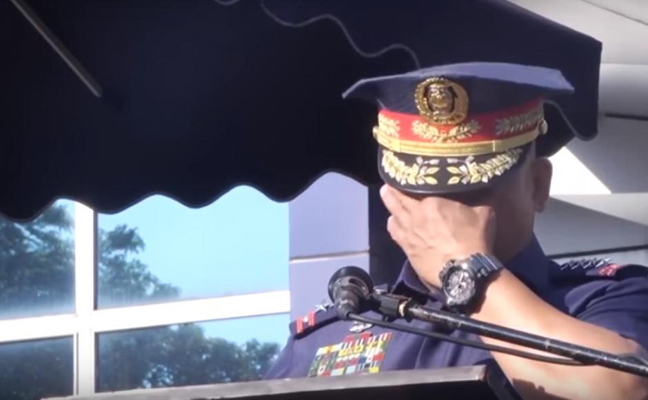 https: img.okeinfo.net content 2018 04 16 18 1887175 pensiun-kepala-kepolisian-filipina-berurai-air-mata-saat-perpisahan-WCBTXejDAX.png