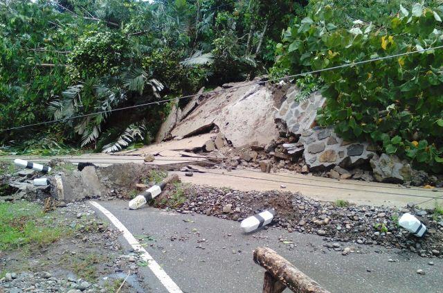 https: img.okeinfo.net content 2018 04 16 340 1887501 tertutup-longsor-akses-jalan-lintas-barat-gorontalo-utara-putus-C7liIcjZhB.jpeg