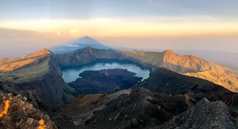 https: img.okeinfo.net content 2018 04 16 406 1887400 gunung-rinjani-jadi-bagian-geopark-dunia-ini-kata-tgb-UvlWBML34S.jpg