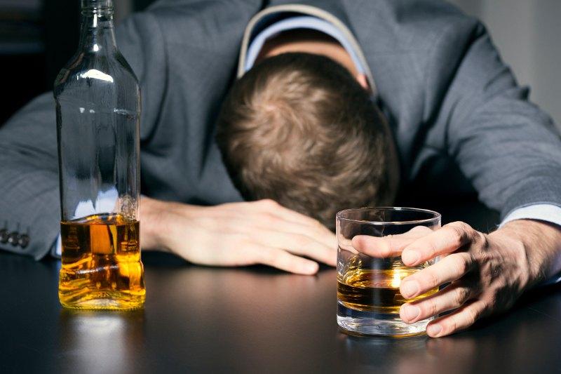https: img.okeinfo.net content 2018 04 16 481 1887226 pertolongan-pertama-pada-orang-yang-mabuk-parah-akibat-minuman-beralkohol-mUvQw6BcrL.jpg