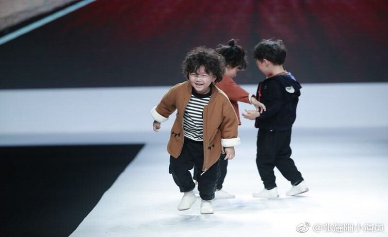 https: img.okeinfo.net content 2018 04 17 194 1887587 jatuh-di-catwalk-model-usia-4-tahun-malah-jadi-terkenal-bikin-gemaaas-8KeCtgntVe.jpg