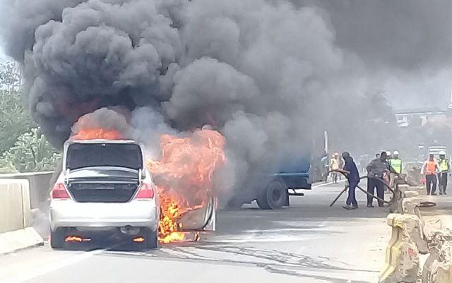 https: img.okeinfo.net content 2018 04 17 338 1887703 diduga-rem-panas-sedan-mewah-terbakar-di-tol-jagorawi-tkmsZnSZh8.jpg