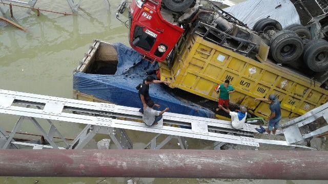 https: img.okeinfo.net content 2018 04 17 519 1887666 dua-sopir-truk-jadi-korban-tewas-robohnya-jembatan-babat-7NvloJq6pn.jpg