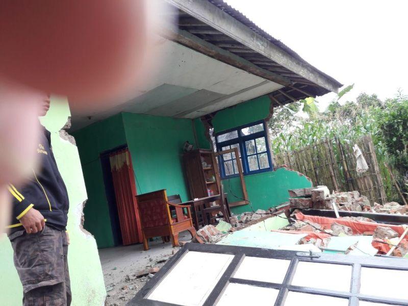 https: img.okeinfo.net content 2018 04 18 512 1888286 banjarnegara-diguncang-gempa-berkekuatan-4-4-sr-ratusan-bangunan-rusak-NKSu8h3qox.jpg