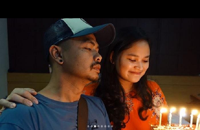 https: img.okeinfo.net content 2018 04 19 196 1888706 rayakan-ulang-tahun-pernikahan-wendi-cagur-dan-istri-dapat-kejutan-menggemaskan-dari-anak-anaknya-DkozWco4sp.jpg