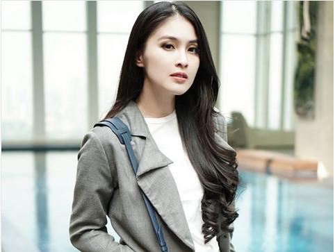 https: img.okeinfo.net content 2018 04 24 194 1890691 4-seleb-cantik-indonesia-yang-setia-dengan-gaya-rambut-panjangnya-iPE04eJEHJ.jpg