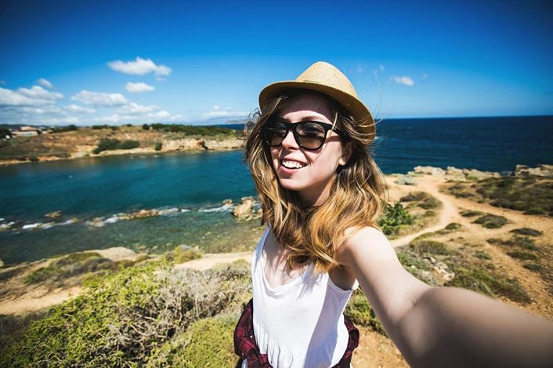https: img.okeinfo.net content 2018 04 25 406 1891362 tren-wisata-selfie-di-alam-pengaruhi-inovasi-alat-alat-outdoor-di-tanah-air-e9FRapjxiB.jpg