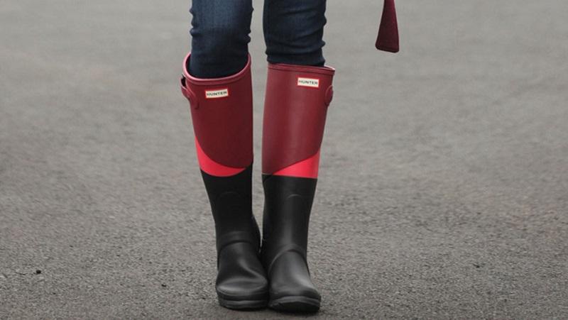 https: img.okeinfo.net content 2018 05 05 194 1894870 intip-gaya-cara-delevingne-hingga-meghan-markle-saat-memakai-sepatu-boots-di-musim-hujan-FmpuWKjQdj.jpg