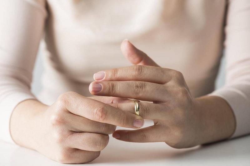 https: img.okeinfo.net content 2018 05 05 196 1894882 1-dari-3-perempuan-melepaskan-cincin-saat-hendak-wawancara-kerja-YeccRuBzge.jpg