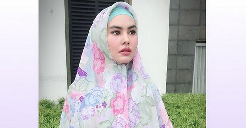 https: img.okeinfo.net content 2018 05 09 33 1896170 siap-jalani-ramadan-di-makkah-kartika-putri-percayakan-anak-ke-ibunda-cXZZDU7r5M.jpg