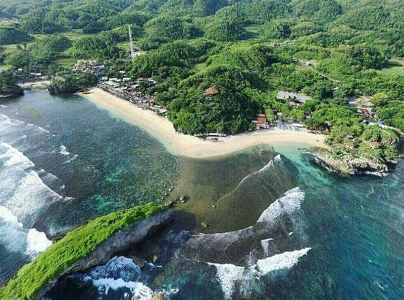 https: img.okeinfo.net content 2018 05 09 406 1896155 indahnya-matahari-terbenam-dan-air-mendidih-di-tengah-pantai-ngandong-gunungkidul-sWkmqh6QMh.jpg