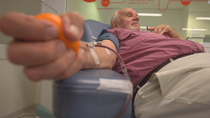https: img.okeinfo.net content 2018 05 15 406 1898592 lengan-emas-pria-australia-selamatkan-nyawa-2-4-juta-bayi-AVaZqswzkl.jpg