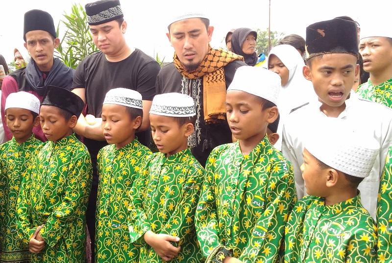 https: img.okeinfo.net content 2018 05 16 33 1899049 harapan-billy-syahputra-lewat-pengajian-bersama-anak-yatim-sebelum-ramadan-Sca4ac26aZ.jpg