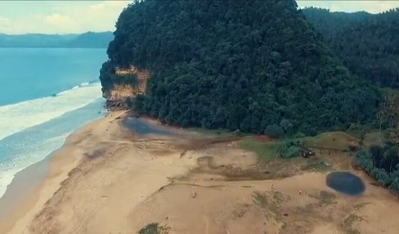 https: img.okeinfo.net content 2018 05 16 406 1899215 uniknya-pantai-dlodo-tulungagung-punya-gurun-pasir-dan-pasir-2-warna-1wm5T1clyR.JPG