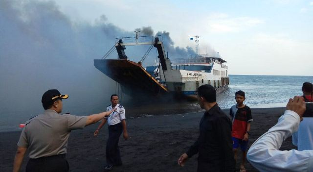 https: img.okeinfo.net content 2018 05 17 340 1899522 kapal-berpenumpang-terbakar-di-selat-bali-D7PtT1hR5O.jpg