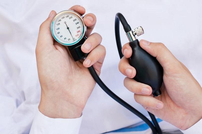 https: img.okeinfo.net content 2018 05 17 481 1899425 komplikasi-hipertensi-bisa-habiskan-biaya-ratusan-juta-ini-cara-mencegahnya-qCEo7IdZTA.jpg