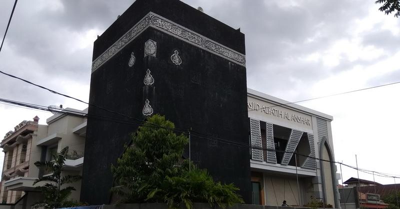 https: img.okeinfo.net content 2018 05 24 406 1902364 masjid-dengan-tiruan-kakbah-di-makassar-ibadah-serasa-di-mekah-LrMDa6Xr0G.jpg