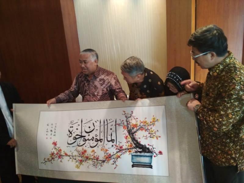 https: img.okeinfo.net content 2018 06 05 337 1906689 alquran-sulaman-raksasa-dari-pengusaha-tionghoa-untuk-indonesia-hB09Msauxp.jpeg