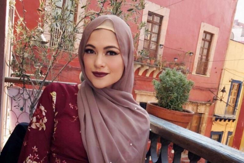 https: img.okeinfo.net content 2018 06 09 194 1908570 gaya-hijab-simple-cocok-untuk-mudik-tetap-cantik-dan-menarik-zhAVZxWvXx.jpg