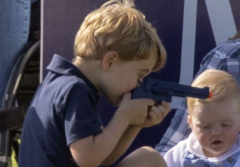 https: img.okeinfo.net content 2018 06 11 196 1909289 beredar-foto-anak-pangeran-william-kate-middleton-main-pistol-pistolan-netizen-protes-fFyekwAByg.jpg