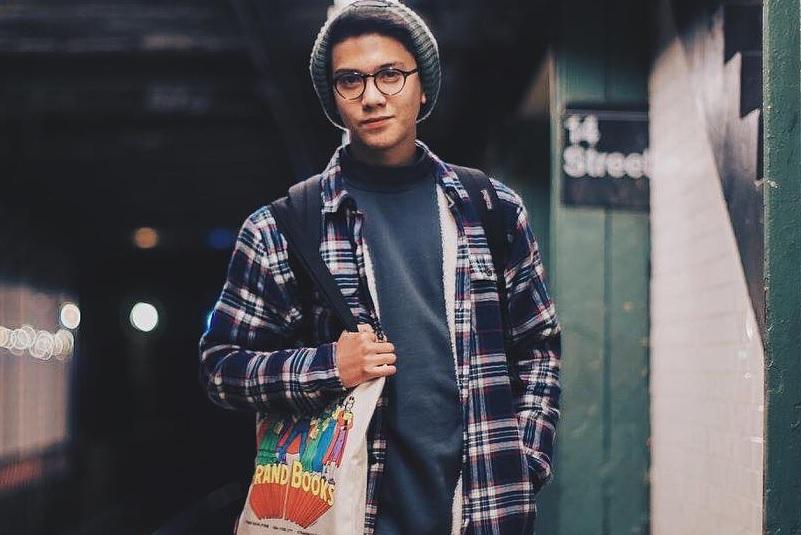 https: img.okeinfo.net content 2018 06 12 206 1909505 bicara-film-bajakan-iqbaal-ramadhan-singgung-pengguna-instagram-di-bioskop-F0M4PxpB0X.jpg
