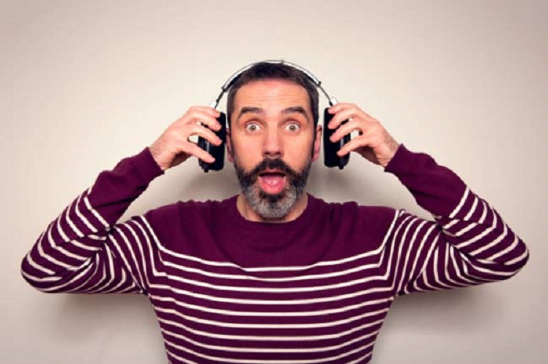 https: img.okeinfo.net content 2018 06 13 406 1909879 hati-hati-dengarkan-musik-pakai-earphone-saat-mudik-bisa-sebabkan-7-hal-ini-EBeSRDCbGz.jpg