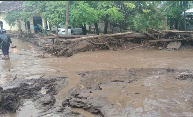 https: img.okeinfo.net content 2018 06 22 519 1912888 banjir-bandang-di-banyuwangi-berasal-dari-material-vulkanik-gunung-raung-PglgzOtCz7.jpg