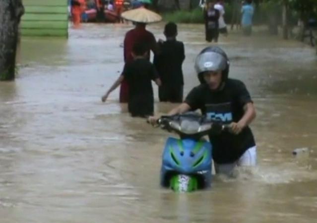 https: img.okeinfo.net content 2018 06 25 340 1913912 sungai-wanggu-kendari-meluap-ratusan-rumah-terendam-banjir-OhnZBrYiM2.jpg