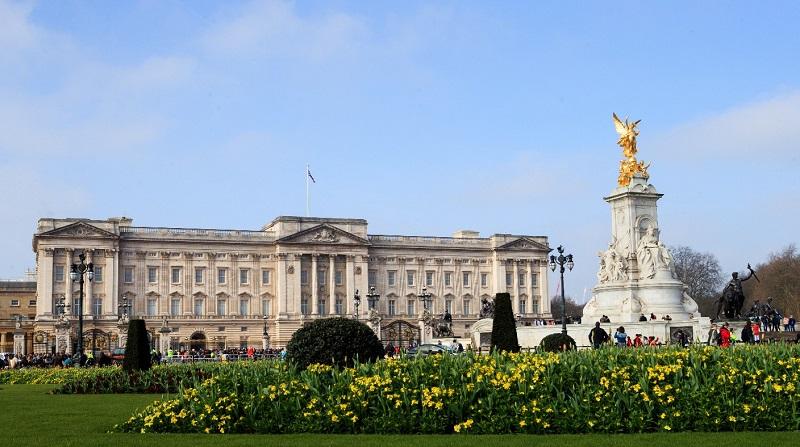 https: img.okeinfo.net content 2018 06 28 196 1915263 direnovasi-keluarga-kerajaan-inggris-harus-mengungsi-dari-istana-buckingham-6zKL926SCD.jpg