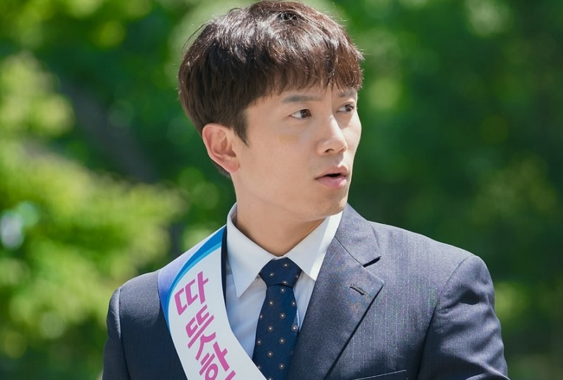 https: img.okeinfo.net content 2018 06 30 598 1915944 ji-sung-bakal-jadi-manajer-bank-di-drama-familiar-wife-o5A7M7yFik.jpg