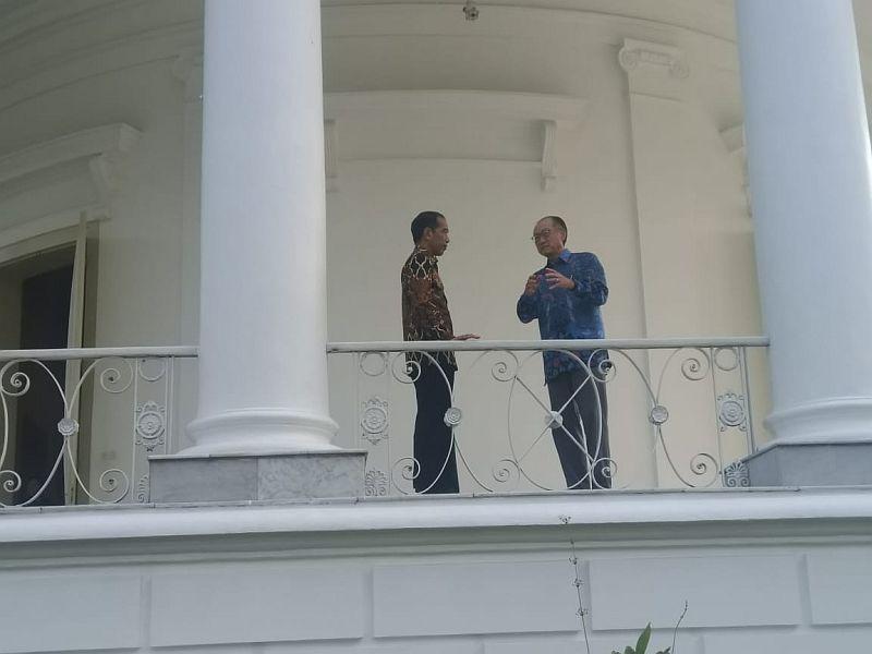 https: img.okeinfo.net content 2018 07 04 20 1917622 berbatik-jokowi-bertemu-presiden-bank-dunia-di-istana-bogor-FK6rkGgHg0.jpg
