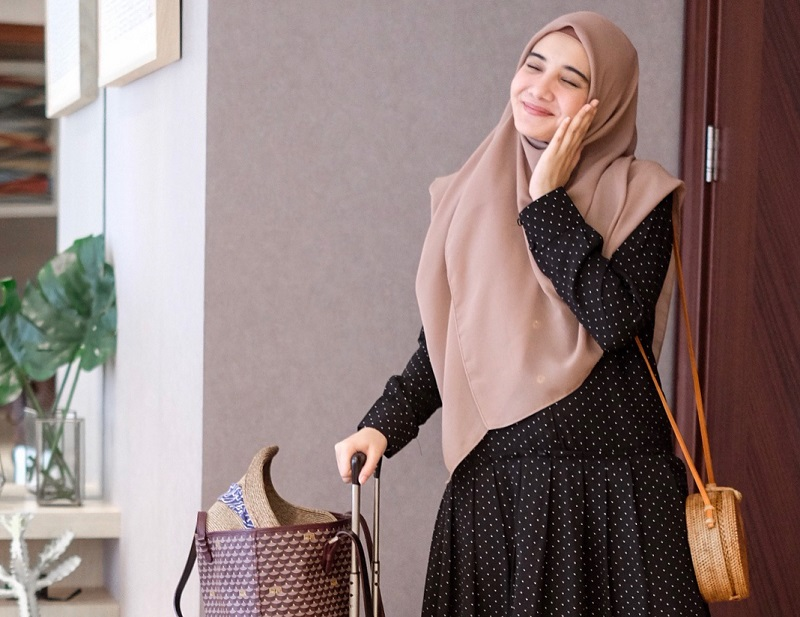 https: img.okeinfo.net content 2018 07 05 194 1918291 gaya-liburan-zaskia-sungkar-cantik-maksimal-dengan-hijab-syar-i-zeKgI21HzF.jpg