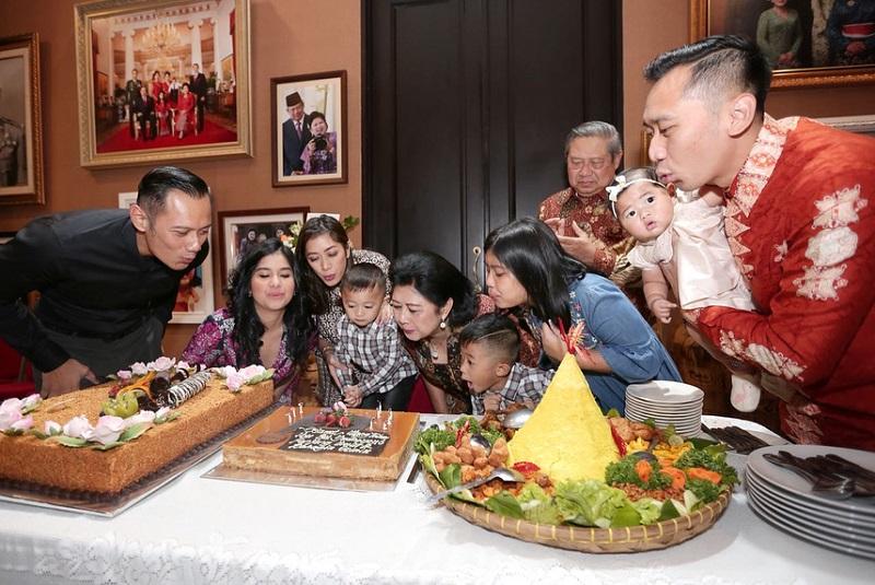 https: img.okeinfo.net content 2018 07 06 196 1919050 rayakan-ultah-ke-66-tahun-ani-yudhoyono-dikelilingi-orang-orang-terkasih-Hxu7dVZR3d.jpg