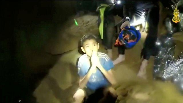 https: img.okeinfo.net content 2018 07 09 18 1919649 4-dari-12-remaja-thailand-yang-terjebak-di-gua-berhasil-dikeluarkan-L7P32OqiQv.jpg