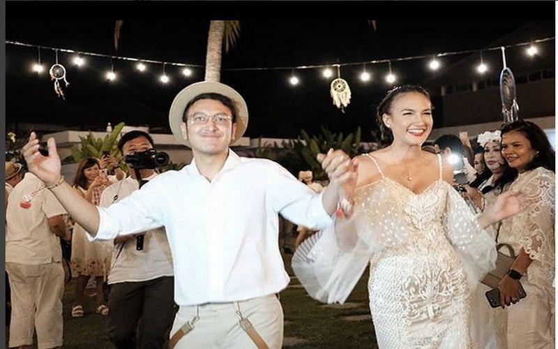 https: img.okeinfo.net content 2018 07 09 194 1919827 hal-unik-berbeda-di-pesta-pernikahan-dimas-anggara-nadine-chandrawinata-gqJWTpUX4M.jpg