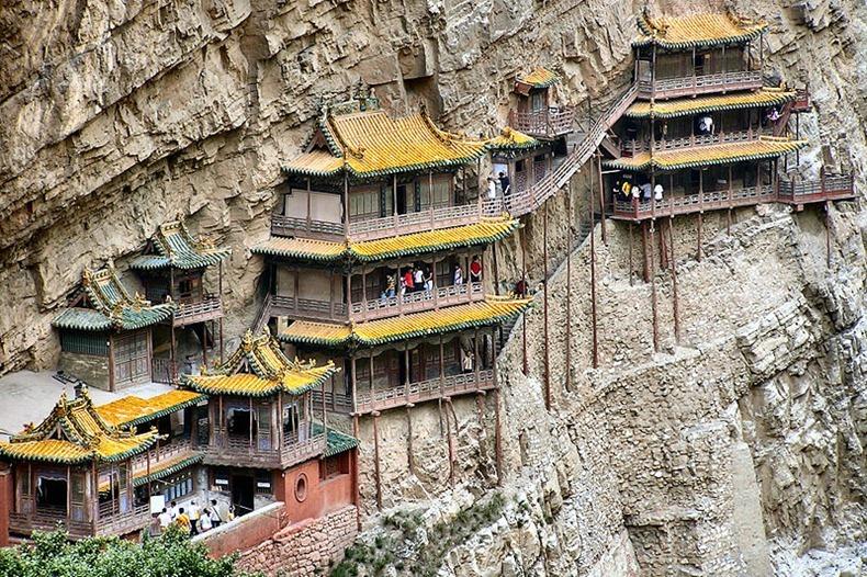 https: img.okeinfo.net content 2018 07 09 406 1919944 deg-degan-meniti-langkah-di-the-hanging-temple-kuil-gantung-china-PKfT2grUlL.jpg