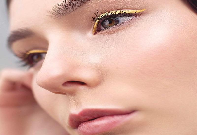 https: img.okeinfo.net content 2018 07 10 194 1920333 tren-baru-eyeliner-kuning-wajah-terlihat-cerah-dan-cocok-untuk-siapa-saja-XJQuUMDPKa.jpg