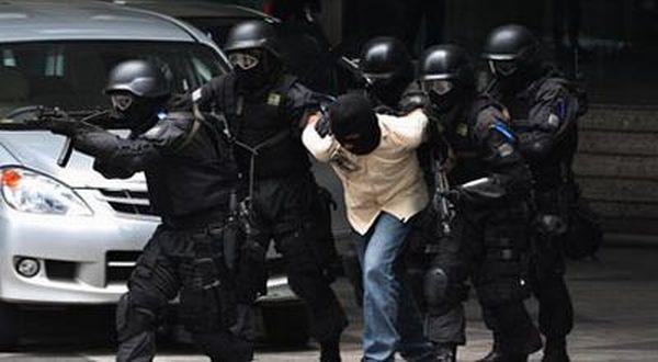https: img.okeinfo.net content 2018 07 12 512 1921557 diduga-teroris-penjual-panah-ditangkap-densus-88-di-bantul-2zRT09ij3w.jpg