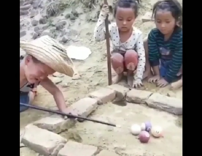 https: img.okeinfo.net content 2018 07 14 196 1922280 video-anak-anak-jago-main-biliar-tradisional-orang-dewasa-pasti-kalah-DV353JZdVE.jpg
