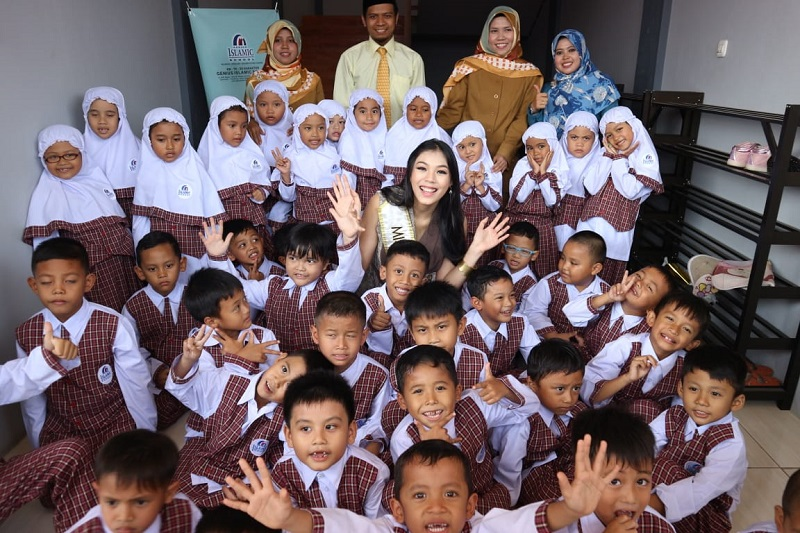 https: img.okeinfo.net content 2018 07 18 196 1924166 miss-indonesia-2018-orangtua-perlu-dampingi-anak-akses-internet-4gmCo9q3ls.jpeg