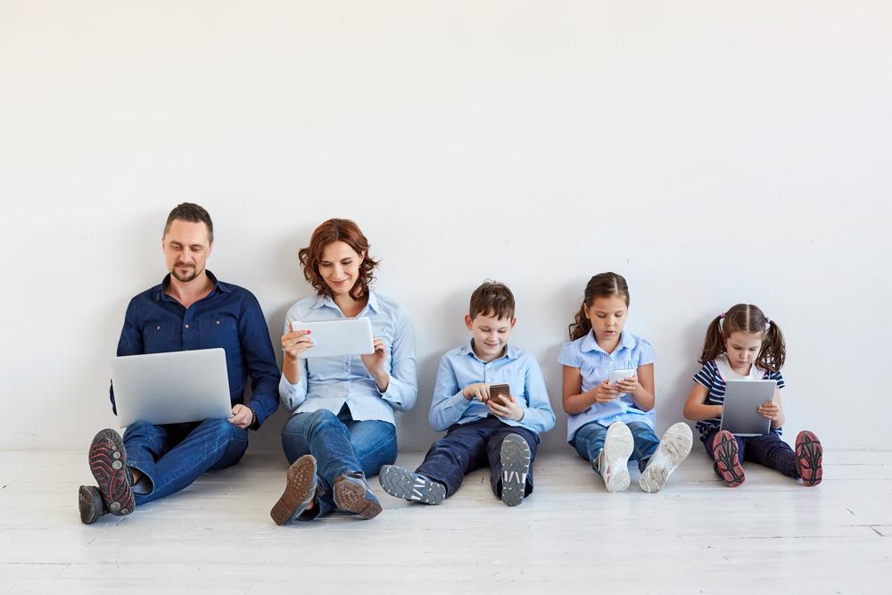 https: img.okeinfo.net content 2018 07 26 196 1927726 pemerintah-akan-larang-anak-anak-main-gadget-menteri-kpppa-minimal-usia-14-tahun-Ils2Z4uqKe.jpg